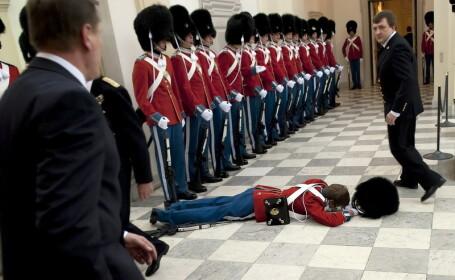 Un soldat din garda regala daneza a lesinat inainte de o ceremonie
