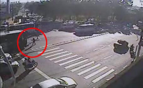 Impact fatal! Lovita in plin de autobuz si azvarlita cativa metri pe asfalt