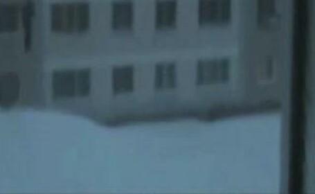 Inconstienti de-a dreptul! Au sarit de pe un bloc de 4 etaje in zapada!