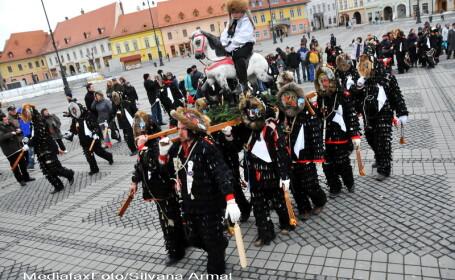 Parada Lolelor in Centrul Vechi al Sibiului. Alunga spiritele rele