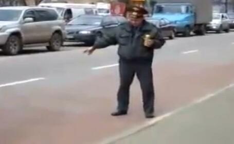 Garcea de Rusia. Dirijeaza circulatia cu bere in mana. VIDEO