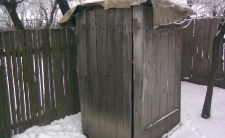 Romanii nu renunte la toaleta din fundul curtii, desi i-ar costa 5 lei/luna. Vidanja e 200 lei/an
