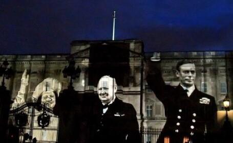 La Palatul Buckingham sunt proiectate imagini ale Reginei Elisabeta, Sir Winston Churchill si Regele George VI