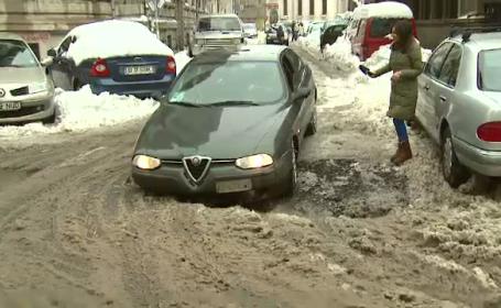 Razbunarea asfaltului. Filmare uluitoare cu un sofer care-si distruge masina in gropile Capitalei