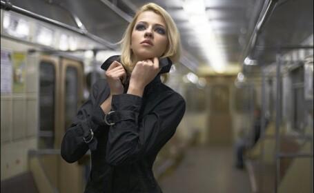 FOTO. O tanara a pozat NUD intr-un vagon de metrou in care erau calatori. Cum au reactionat oamenii