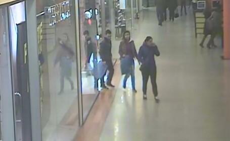 Minori obligati de doi adulti sa fure haine din magazinele dintr-un centru comercial din Timisoara