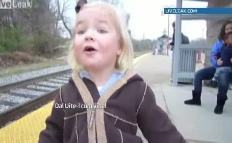 Fetita bucuroasa ca vine trenul