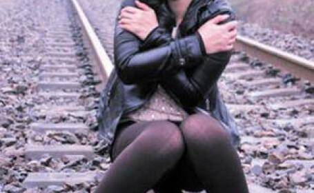 tanara pozeaza pe calea ferata