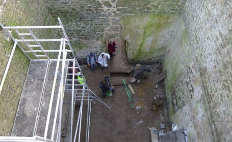 A mostenit un castel si a inceput sa-l restaureze. Nu se astepta sa gaseasca asa ceva sub podea