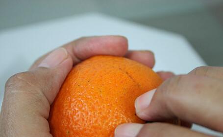 Ce a descoperit un barbat intr-o portocala. Poza care a devenit virala pe internet. FOTO