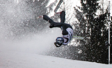 Accident incredibil la schi. Saritura ratata care i-a durut pana si pe spectatori