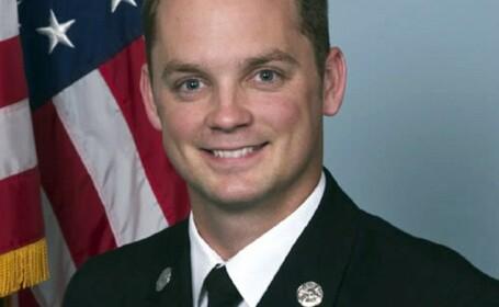 Un politist a incatusat un pompier, in timp ce acesta era in misiune de salvare. Nu i-a convenit cum parcase masina