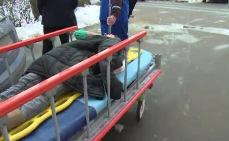 Romania, capul sus! Turturii de pe cladiri au inceput sa faca victime: 3 femei au fost lovite si au ajuns la spital