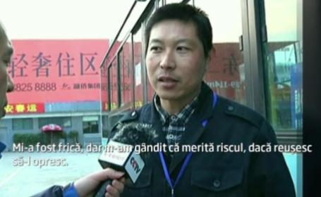 Curajul unui sofer din China a starnit admiratie. Barbatul si-a riscat viata pentru a opri un autobuz. VIDEO