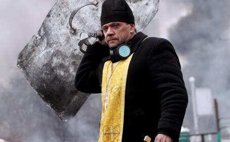 Preotul cu scutul si crucea, simbol al protestelor din Kiev. GALERIE FOTO impresionanta dintr-o tara in prag de razboi civil