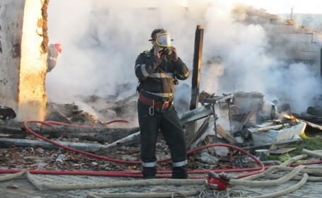 pompier cu masca in fum