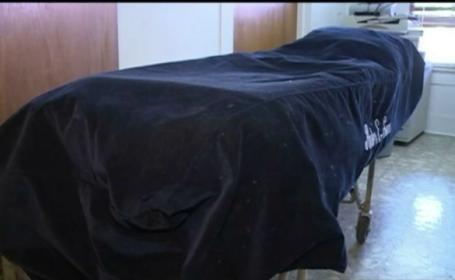 A fost declarat mort, dar s-a trezit cand angajatii de la pompe funebre se pregateau sa-l imbalsameze