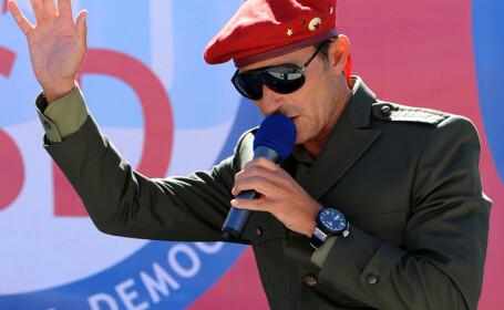 Radu Mazare cu basca rosie si ochelari de soare la microfon