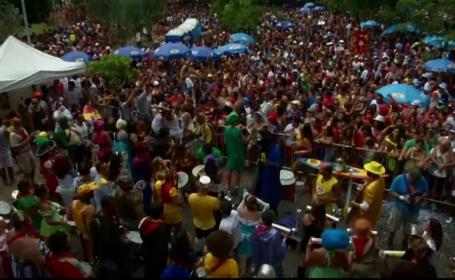 Au mai ramas 8 zile pana la Carnavalul de la Rio. Mii de turisti costumati au impanzit deja strazile orasului