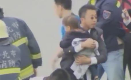 Marturisirea cutremuratoare a unui parinte, care si-a salvat copilul din avionul prabusit intr-un rau din Taiwan