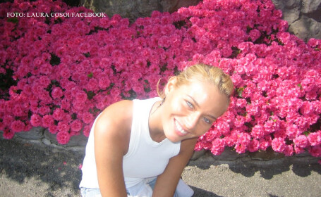 Laura Cosoi cu niste flori pe fundal