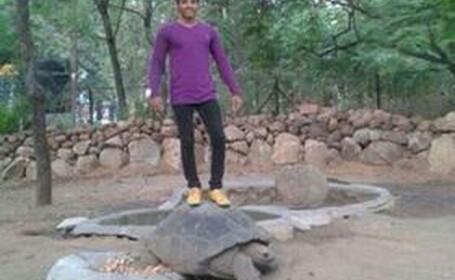 Cum a reusit un indian sa fie arestat imediat dupa ce a postat o fotografie pe Facebook. Ipostaza inedita in care a aparut