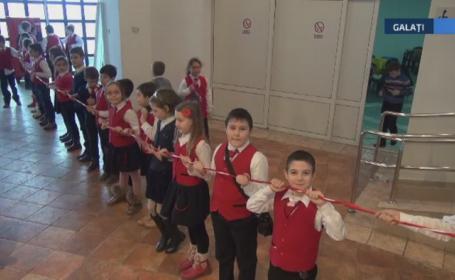 50 de elevi din Galati au incercat sa faca cel mai mare martisor din Romania. Motivul din cauza caruia tentativa a esuat