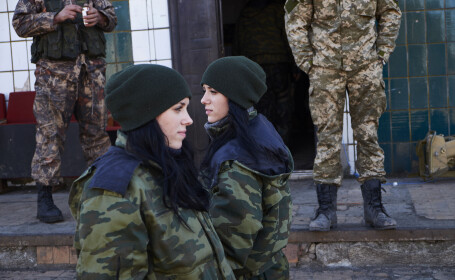 Prezenta neasteptata in randul separatistilor pro-rusi din Ucraina. Gemenele de 19 ani care lupta in armata rebelilor