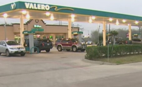 Cum s-a luptat o tanara din Houston cu hotul care tocmai ii furase geanta intr-o benzinarie: \