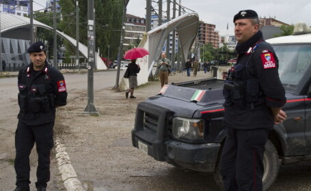 O romanca a fost arestata in Italia dupa ce a incercat sa-si vanda fiul de 8 ani pentru 30.000 de euro. Cine a ajutat-o