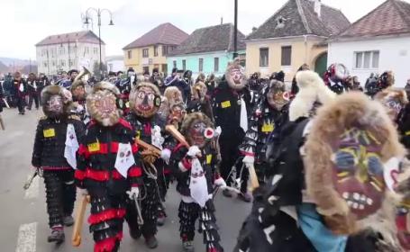 Obiceiul care atrage sute de turisti intr-un oras din Transilvania. Oamenii se costumeaza si fac un zgomot infernal