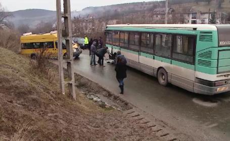Accident frontal intre un microbuz plin de elevi si un autobuz cu 60 de pasageri. Ce au gasit politistii la fata locului