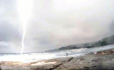 O furtuna le-a stricat distractia. Reactia acestui barbat dupa ce iubita lui era sa fie trasnita de fulger
