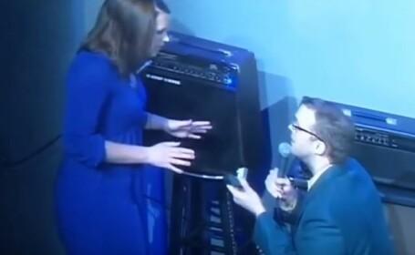 Un comediant a vrut sa ii faca o surpriza iubitei sale si a cerut-o de sotie, pe scena, in fata publicului. Reactia tinerei