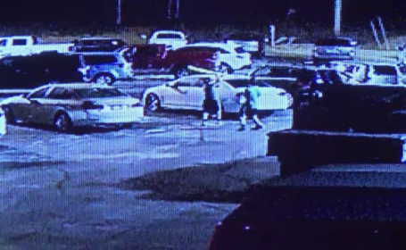Filmati in timp ce au distrus 70 de masini parcate in numai o ora. Suma la care se ridica paguba provocata de doi tineri