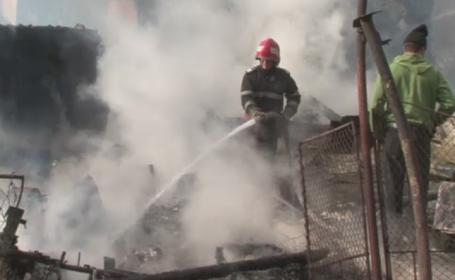 Trei case din Bacau au fost distruse intr-un incendiu. Doi batrani au ars gunoaie in curte si au lasat focul nesupravegheat