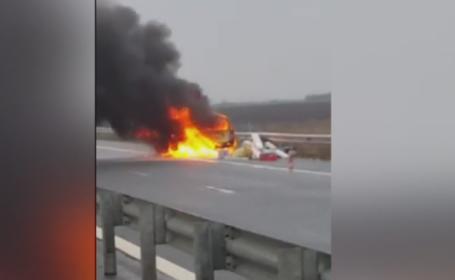 O masina a luat foc in mers pe autostrada Nadlac - Arad. Soferul si pasagerul s-au salvat la timp