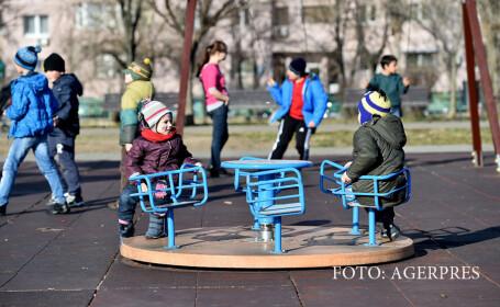 Doi copii se joaca in Parcul Crangasi din Capitala