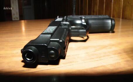 pistol pe masa