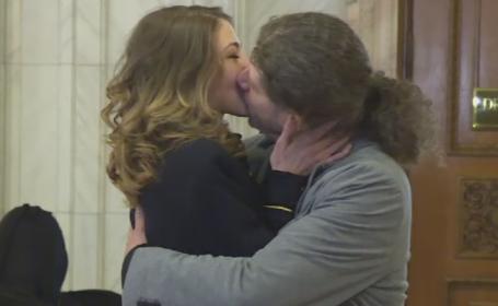 Spectacol marca Remus Cernea, la Parlament. Deputatul si-a cerut iubita intr-un parteneriat civil, la dezbaterea proiectului
