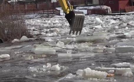 Cod galben de inundatii in zone din Moldova si Transilvaina. Blocurile uriase de gheata pun localitatile din jur in pericol