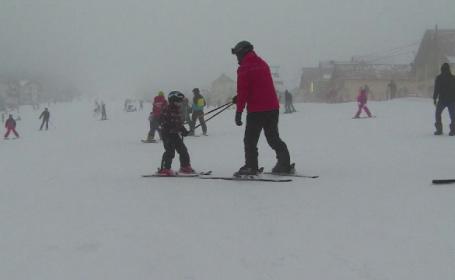 Scolarii se bucura de vacanta, la munte. Instructor de schi: \