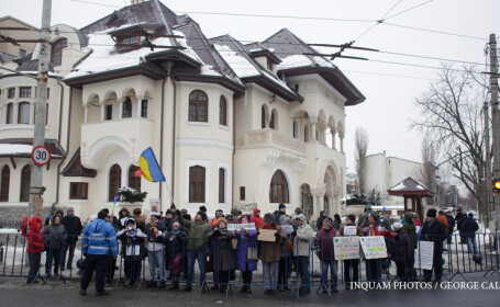 A saptea zi de proteste la Cotroceni. Peste 100 de persoane au cerut demisia presedintelui Iohannis