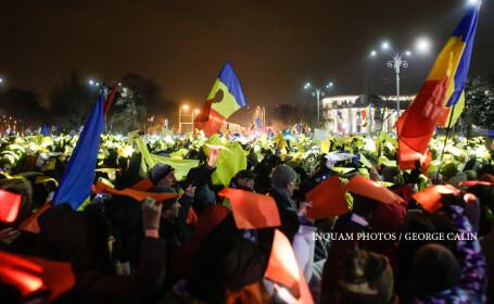 Ziua 13 de proteste in Piata Victoriei. Peste 30.000 de oameni au format un \