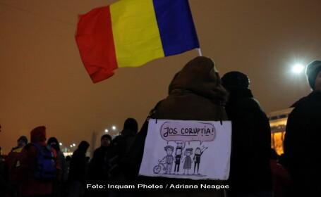 Ziua a 16-a de proteste in Capitala. Aproximativ 300 de oameni au cantat imnul in Piata Victoriei. \