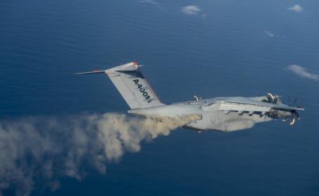 Un avion militar a \