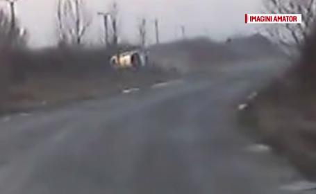 Accident cumplit filmat de un sofer din trafic: o masina s-a rostogolit de doua ori, in judetul Arad. Cine se afla inauntru