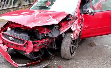Accident spectaculos, surprins de camerele de supraveghere in Bistrita. Doua masini s-au ciocnit pe linia dubla continua