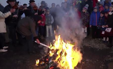 Intr-un sat din Mures, localnicii sarbatoresc venirea primaverii arzand o papusa din paie. \