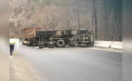 Trafic ingreunat pe Defileul Jiului, dupa ce un camion s-a rasturnat. Pe sosea s-a rasturnat fier vechi